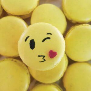 Kiss emoji macaron